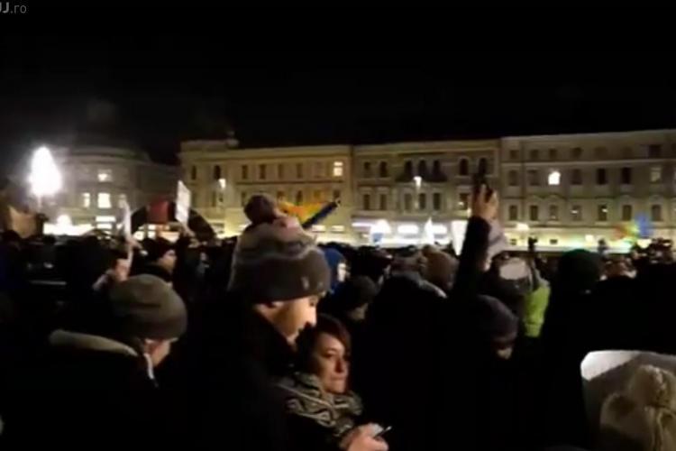 Clujenii au OCUPAT Piata Unirii. E MARTEA NEAGRA. Clujenii striga JOS GUVERNUL - VIDEO