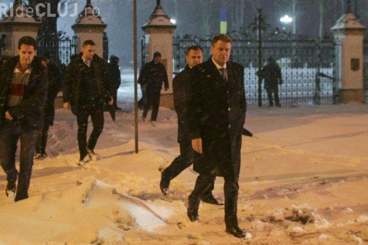 Klaus Iohannis a ieșit să discute cu protestatarii de la Cotroceni, dar aceștia au refuzat