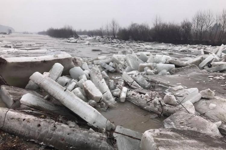 ISU Cluj a intervenit la mai multe gospodării inundate. S-a detonat și gheața de pe Someș