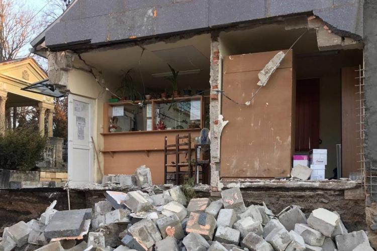 S-a prăbușit o parte a clădirii Cimitirului Central Cluj. Vina: Lucrările la construcția unui INFLUENT afacerist