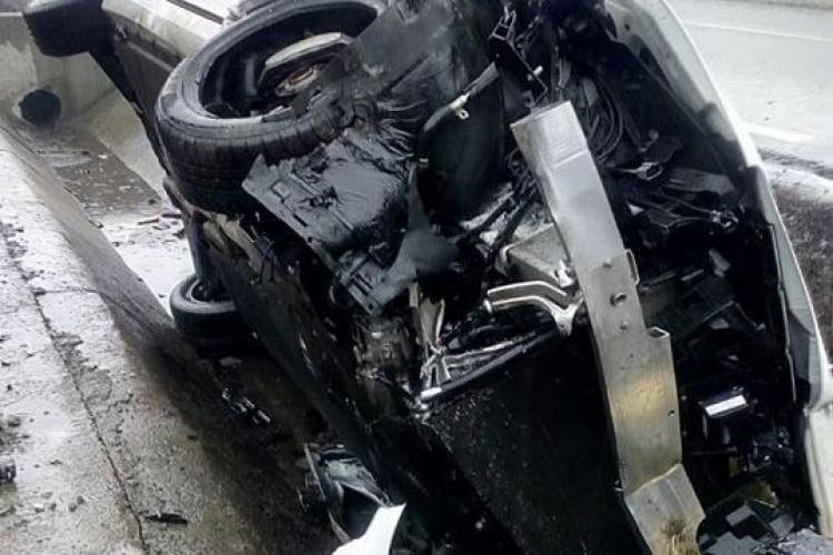 CLUJ: Un șofer și-a făcut Mercedesul praf. A intrat direct într-un podeț VIDEO