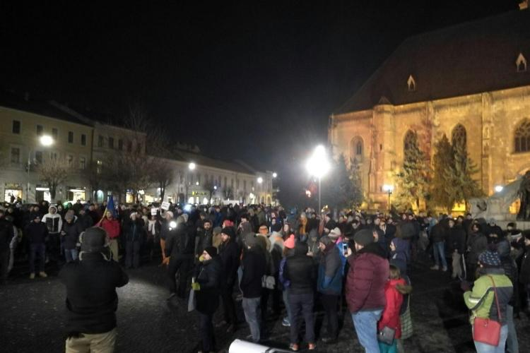 Peste 10.000 de clujeni în stradă, după ce Guvernul a adoptat ÎN SECRET ordonanța privind grațierea - VIDEO