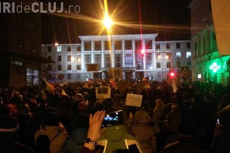 La Cluj, protestul se face pe ritm de tobe! Tinerii sar și scandează VIDEO