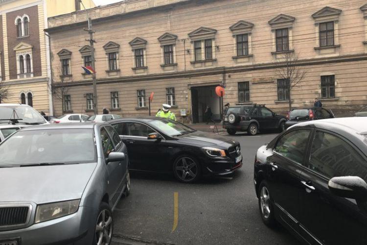 """TUPEU de Cluj! O PISI cu """"Merțan"""" care a blocat strada, către un polițist: Cum te cheamă? Să dau un telefon!"""" - VIDEO"""