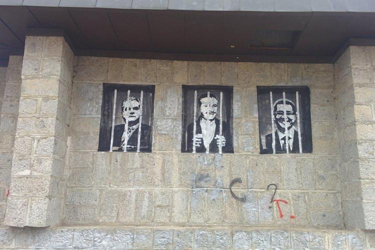 """Artiștii care au """"vandalizat"""" Monumentul Eroilor, din Cluj, au fost prinși de polițiștii locali"""