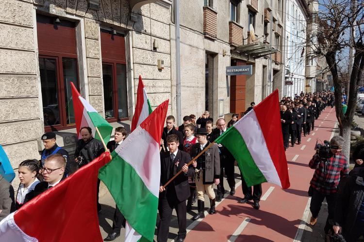 Incidente la Cluj. Un reprezentat PPMT, amendat pentru că flutura steagul neoficial al Transilvaniei - VIDEO