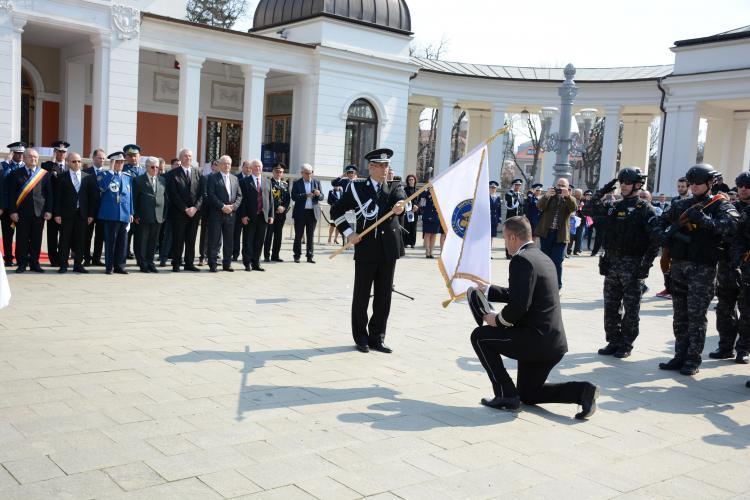 Poliția Cluj a primit drapelul cu noua stemă a României - FOTO