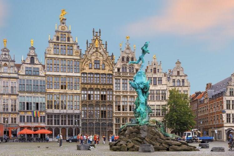 Un nou posibil atentat în Belgia. Un bărbat a fost arestat după ce a încercat să intre cu mașina în mulțime
