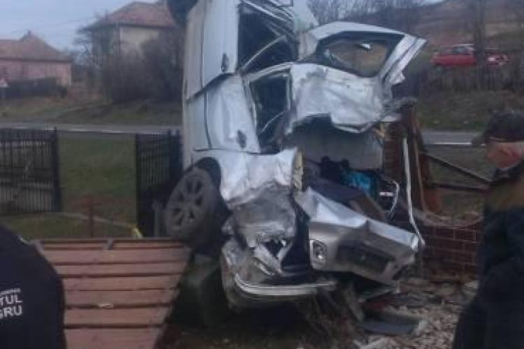 Accident SPECTACULOS la Cluj! Un BMW s-a înfipt ca racheta într-un stâlp - FOTO