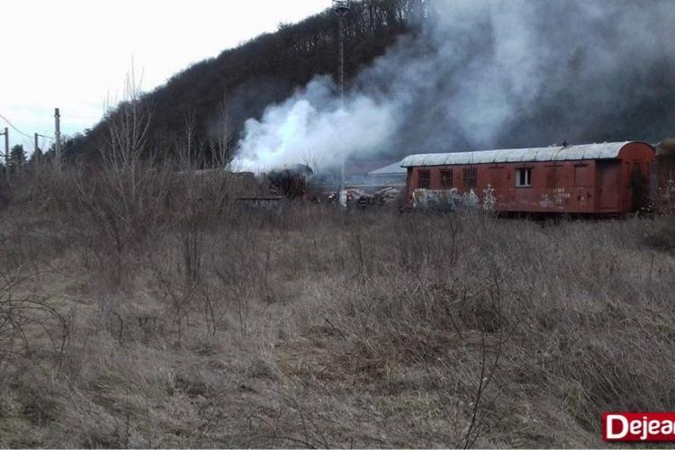 Incendiu lângă gara din Dej. Un vagon întreg s-a făcut scrum FOTO