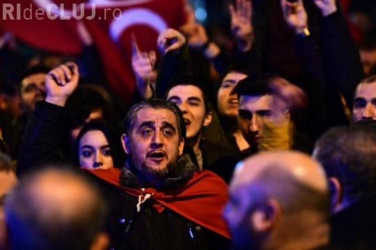 Proteste masive la Rotterdam, după ce un ministru turc nu a fost lăsat să intre în Consulat și a fost expulzat din țară VIDEO
