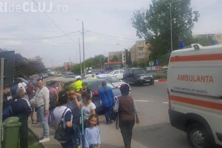 CLUJ: Adolescent rănit pe trecerea de pietoni la Turda. A incercat să sară peste o remorcă FOTO