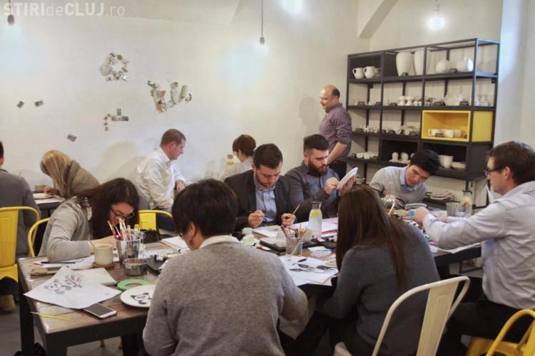 Cinci tineri au lansat la Cluj-Napoca o cafenea unde clienții pot picta cești și farfurii