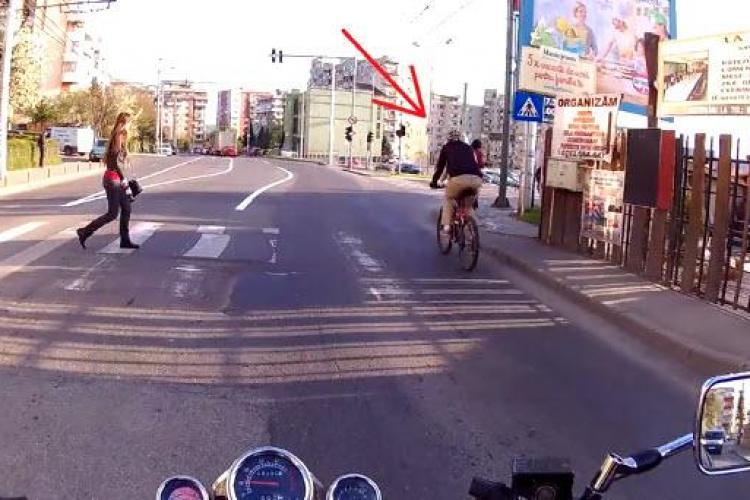 Biciclist cocalar la Cluj! A blocat strada pentru o răfuială cu o șoferiță - VIDEO