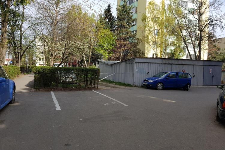 Locuitorii de pe o stradă din Gheorgheni au parcare cu barieră la garaje: Susțin că le-a făcut-o Ceaușescu FOTO