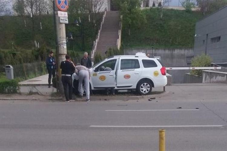 UPDATE Accident pe Calea Dorobanților! Un taximetrist a ajuns cu mașina într-un stâlp de iluminat FOTO