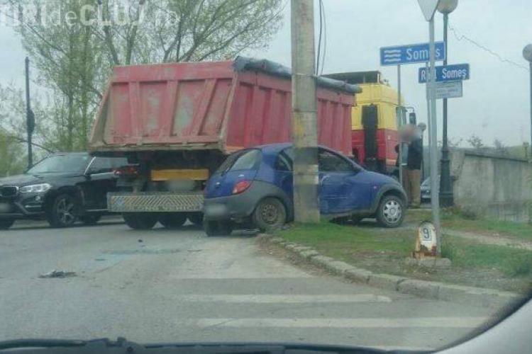 Accident la Dej, surprins de camere. Un camion aproape a împins o mașină în râu VIDEO