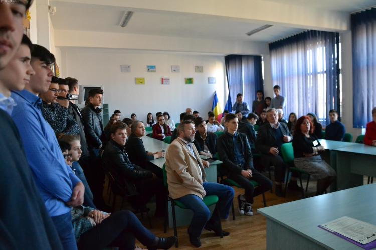 """Cluj: Concurs interjudeţean de lucrări experimentale de laborator şi inventică: """"Paşi pe urmele lui Edison"""""""