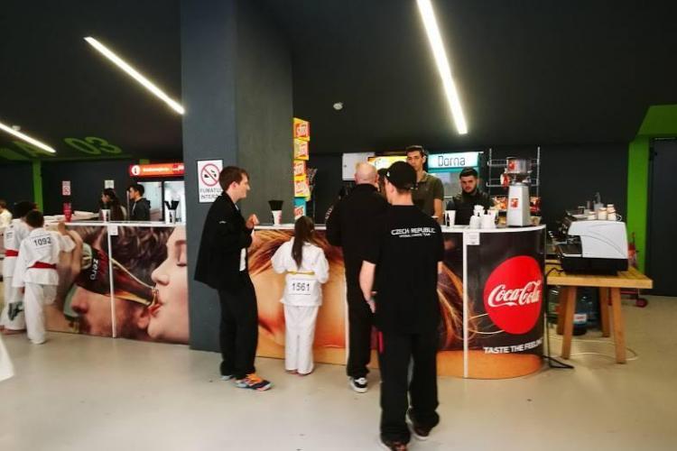 La Sala Polivalentă din Cluj se vinde apa cu 5,5 euro: Pentru că ne permitem! - FOTO