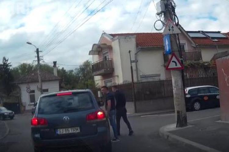 Cluj-Napoca: Cocalari într-un Porsche Cayenne ATACĂ și SCUIPĂ un șofer civilizat - VIDEO