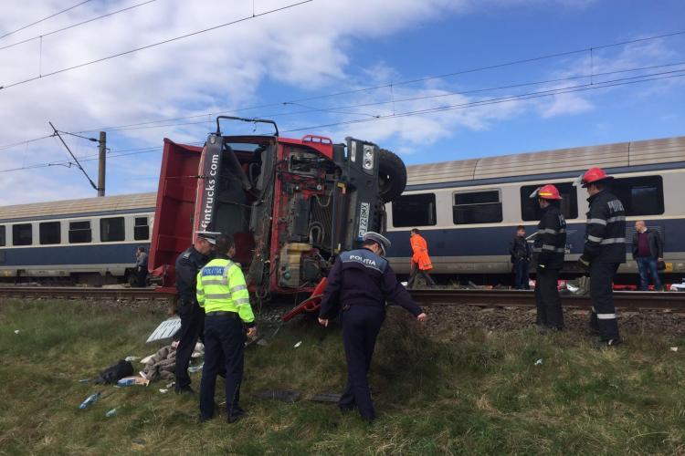 Accident de tren la Jucu. Basculantă spulberată de trenul interregio Baia Mare - București - VIDEO