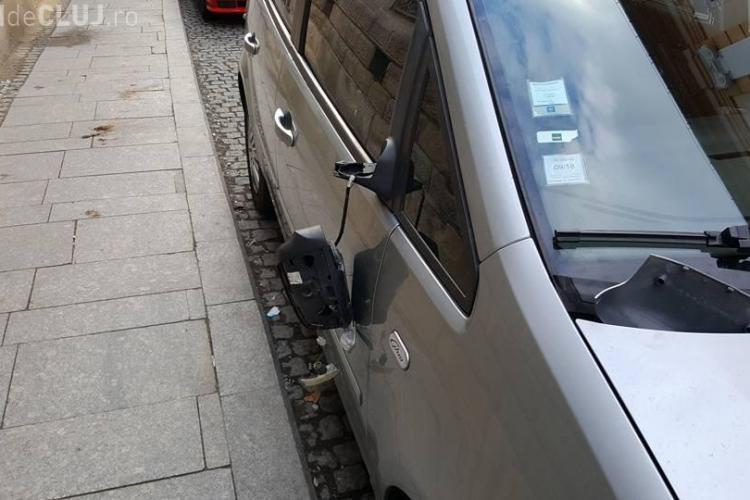 """Cluj: Un """"dement"""" a rupt toate oglinzile mașinilor de pe I.C. Brătianu - FOTO"""