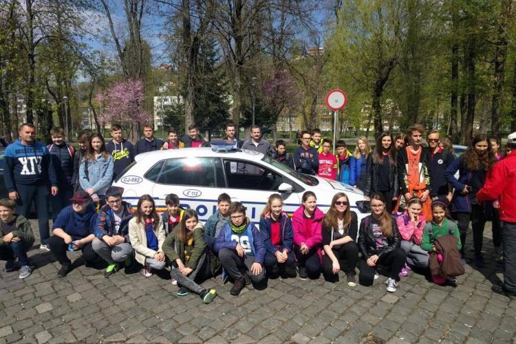 Polițiștii clujeni au plantat copaci cu elevii, în Parcul Central FOTO