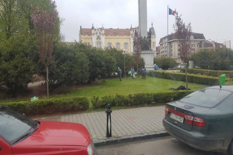 La Cluj, angajații RADP mătură iarba tăiată - FOTO