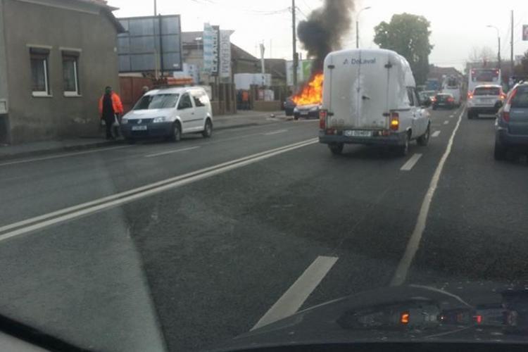 În Cluj-Napoca, pe strada Corneliu Coposu, o mașină s-a făcut scrum – FOTO