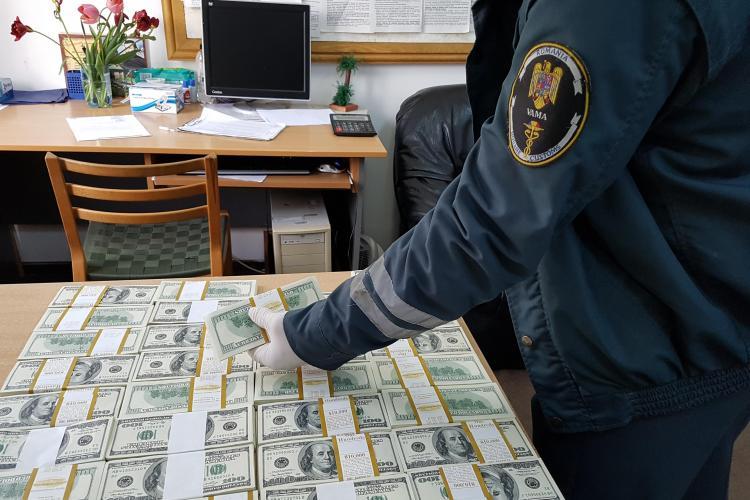 SURPRIZĂ! Ai cui erau cei 400.000 de dolari găsiți de vameși într-un autoturism la Sighet