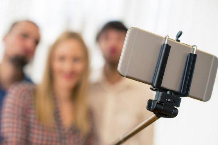 Postezi multe selfie-uri pe Facebook? Vezi ce spun psihiatrii despre tine