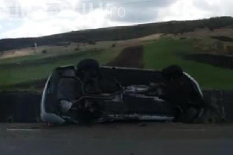 Accident cu o victimă pe un drum din Cluj. Un șofer s-a rasturnat cu mașina după ce a intrat într-un TIR