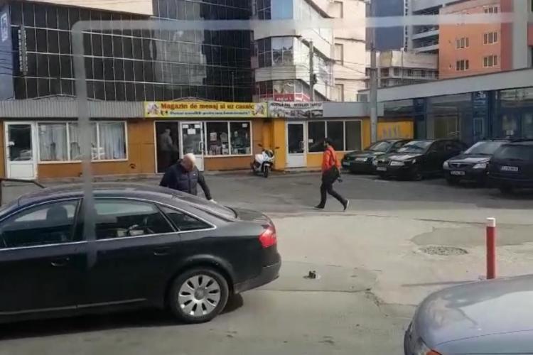 """Cum s-au pus șmecherașii """"stăpâni"""" în Piața Mihai Viteazu. Au tăiat un stâlpișor pentru a-și face parcare VIDEO"""