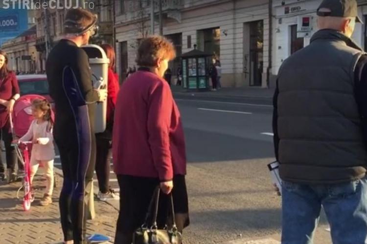 Cluj - Toți au râs când au văzut cine așteaptă cu ei la trecerea de la Teatrul Național - VIDEO