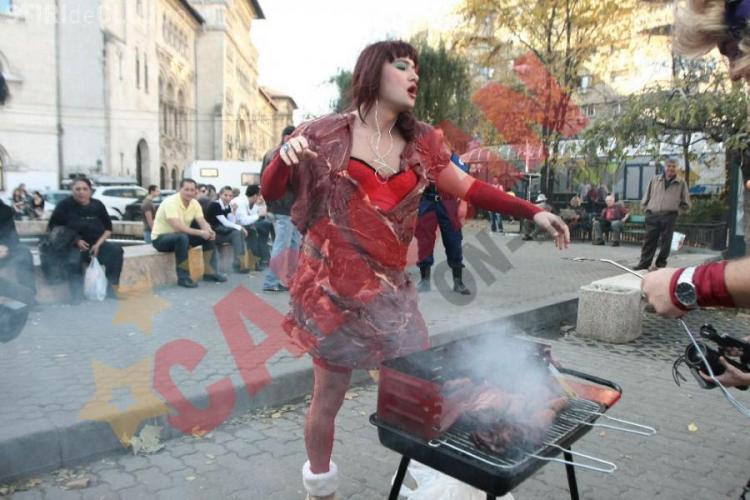 Bendeac o copiaza pe Lady Gaga: a umblat intr-o rochie din carne prin Bucuresti - FOTO