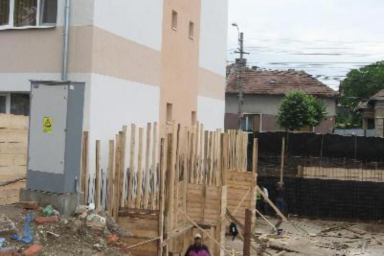 Cetateanul arab, care construieste un bloc ilegal pe strada Bucuresti, este urmarit penal. Constructia continua!