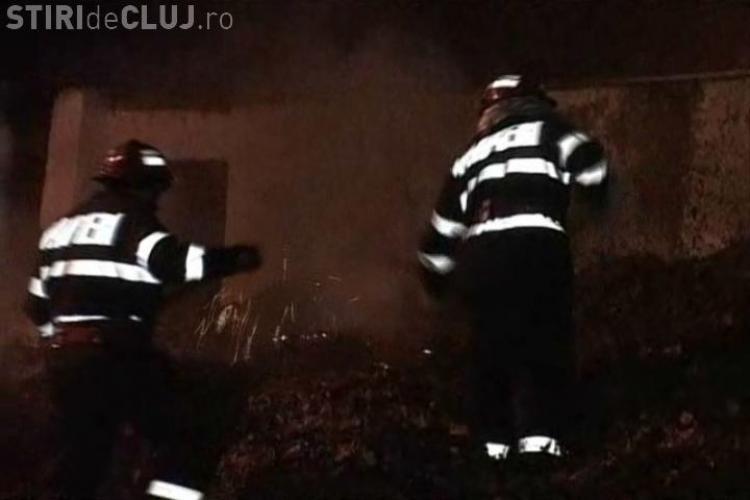 """Incendiu pe Aleea Bizusa din Cluj-Napoca! Un """"munte"""" de frunze uscate a ars intre parcari si garaje - VIDEO si FOTO"""