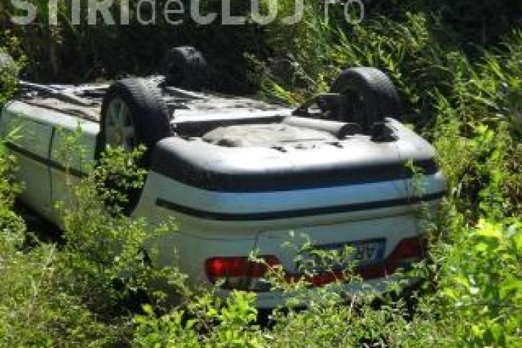 Accident grav la Rachitele! Un autoturism s-a rasturnat pe marginea drumului