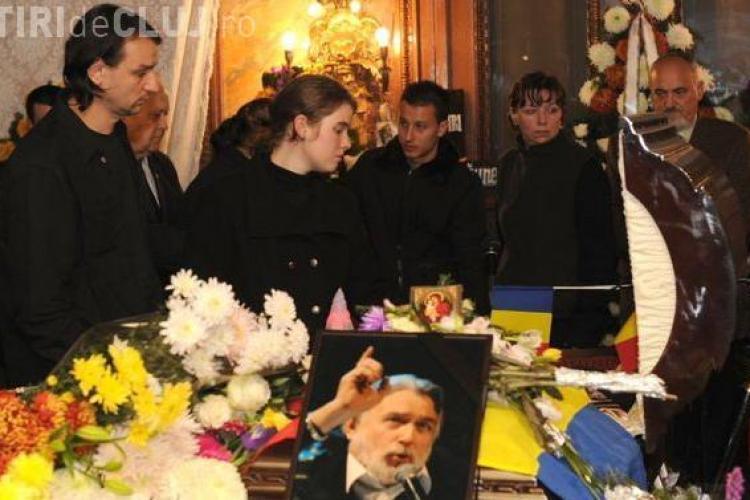 Adrian Paunescu a fost inmormantat cu onoruri militare. Mii de oameni l-au condus pe ultimul drum- VIDEO si FOTO