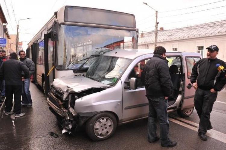 Un autobuz de pe linia 30, implicat intr-un accident de circulatie Bulevardul 21 Decembrie 1989