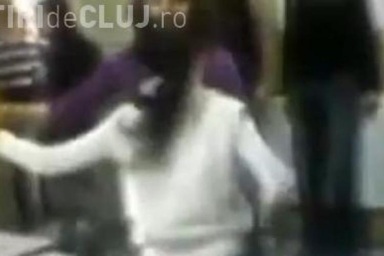 Doua eleve de la un liceu din Arad se bat in clasa - VIDEO