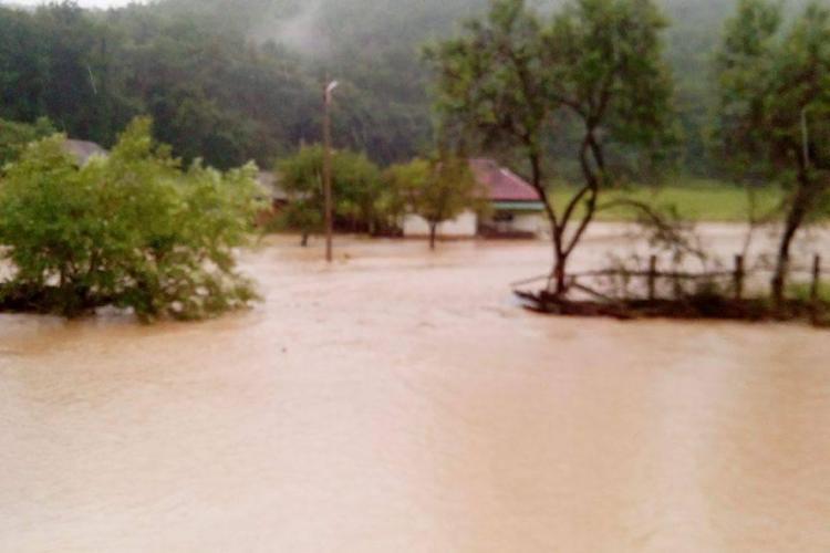 Inundații în Huedin: Oameni abandonați de autoritățile locale - FOTO