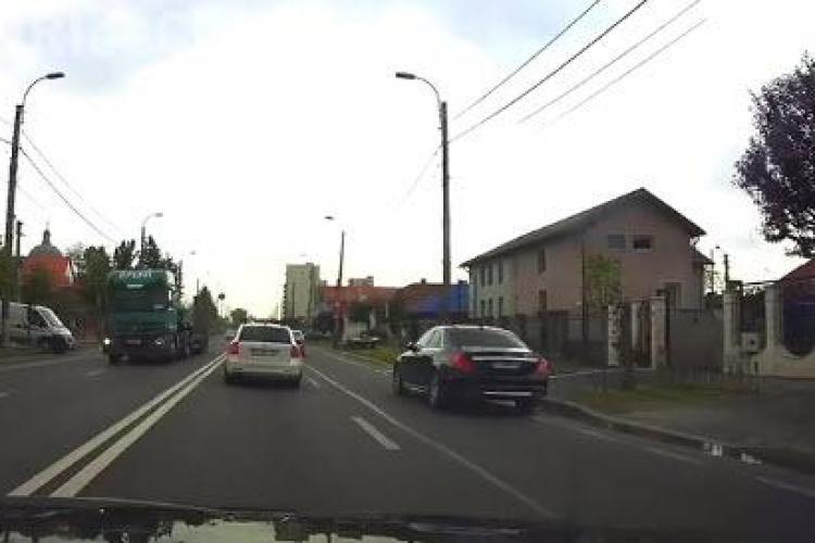 Cluj: Un șmecher și-a spălat limuzina S Class, ocupând o prima bandă de circulație - VIDEO