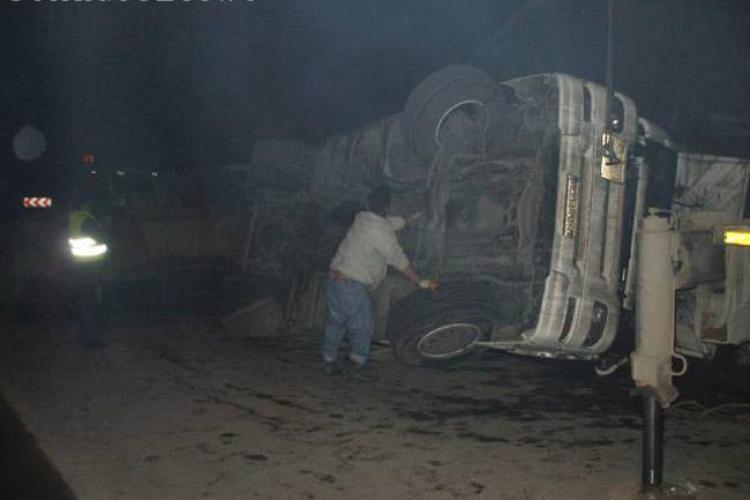 CLUJ: Accident la ieșire din Turda. Un șofer s-a răsturnat cu TIR-ul și a blocat circulația