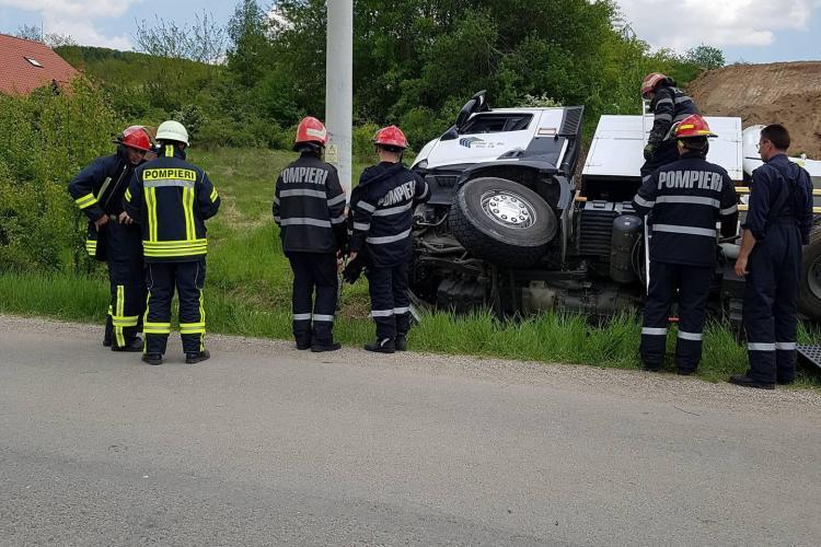 Vitezomanul de la Compania de Apă Someș Cluj s-a răstunat cu mașina în șanț - FOTO