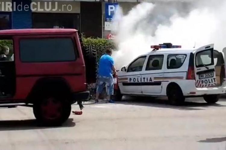 Județul Cluj: O mașină de poliție a luat foc în centrul orașului - VIDEO