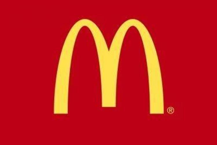 Culmea aroganței! Un bărbat s-a dus cu elicopterul la McDonald's și a parcat în fața restaurantului FOTO