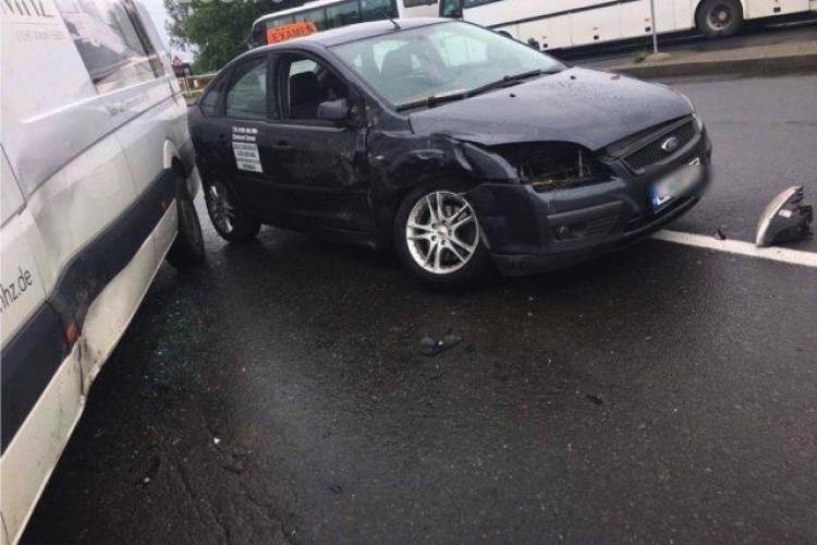 CLUJ: Accident cu trei mașini, dintre care una de școală de șoferi, în centrul Dejului. O persoană a ajuns la spital FOTO