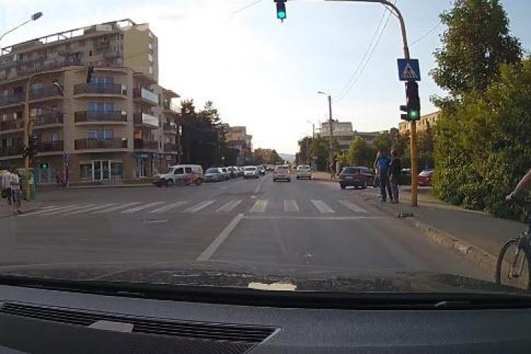 Cluj-Napoca: Biciclist vorbind la telefon, aproape de a fi lovit de o mașină. Cine e de vină? - VIDEO