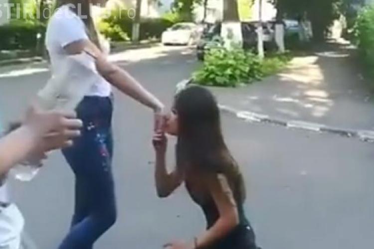 Elevă din Ploiesti, batuta si umilita de doua colege - VIDEO